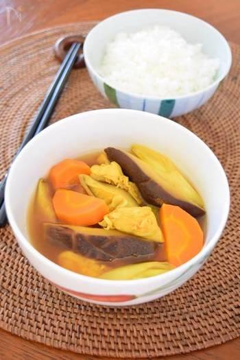エスニックが強過ぎるのが苦手な方やよりさっぱり風味で食べたいときには、和風のスープカレーがおすすめです。和風だしが効いて、また一味違うスープカレーを楽しめますよ。こちらは干し椎茸とかつおぶしのだしを使っています。