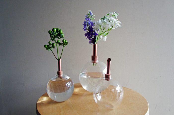 夏の陽射しに映えてキラキラとした明るさをもたらしてくれるガラス素材。涼しさを演出するインテリアとしてぜひ取り入れたいですね。こちらは、スウェーデンの老舗工房のガラスの球体フラワーベース。手吹きガラスにコルクと銅の挿し口、異素材の組み合わせが新鮮です。