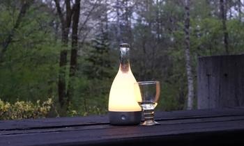 夏の夜をおしゃれに照らしてくれるボトル型のコードレスライト。灼熱の太陽が沈んだら、ちょっと照明を落として、ほのかな灯りでリラックスしてみませんか?