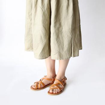 職人の手による自然な風合いが持ち味のサンダルですので、ナチュラルなファッションにとてもよく似合います。トレンドにかかわらず、長く履けるアイテムです。