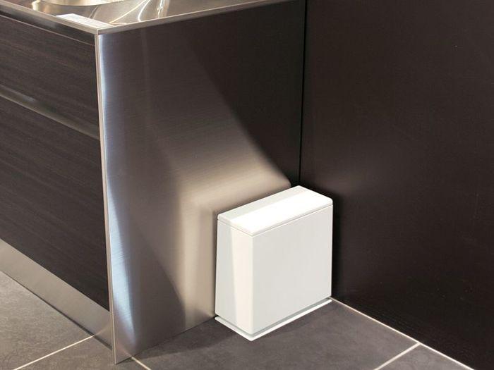 キッチンの隅にぴったりと収まる、横長タイプのゴミ箱。清潔感のあるホワイトカラー&シンプルなデザインが魅力です。