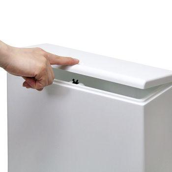 ワンタッチで蓋が開閉できるのも嬉しいポイント。中は二重の構造になっていてビニール袋もセッティングできるので、中身を捨てる際も手間がかからないのがいいですね。