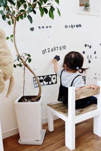 真似したいのは壁面遊び。大きな壁面の余白を活かしてウォールアートで遊びましょう。 使うものはウォールスッテカーやマスキングテープなので剥がすのも簡単。