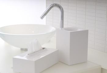 特に清潔に見せたい洗面所にぴったりなのが、ホワイトカラーの小ぶりのゴミ箱。スクエアなタイプなので、小さな洗面所でも場所を取らずに置くことができます。