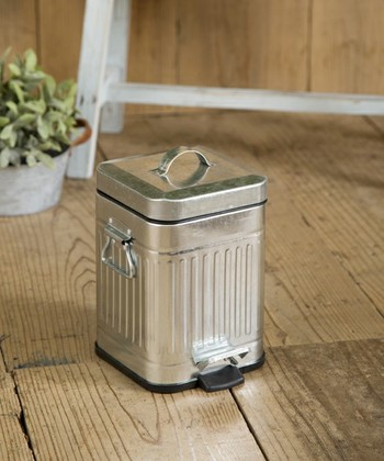 スチール缶タイプのゴミ箱は、小ぶりなサイズなのでサニタリー用にぴったり。ウッディーなフロアにも馴染む、愛らしいデザインです。