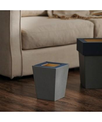 持ち運びやすい小さめの正方形デザインが特徴のゴミ箱。床が濃い目のカラーの場合は、ゴミ箱もシックなカラーの物を取り入れば統一感が生まれます。