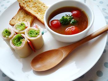パンに添えてワンプレート皿に盛り付けても絵になる一品。朝ごはんにささっと作って合わせてみましょう。5つの材料だけで簡単に作れます。お好みでブロッコリーなどの緑を加えるのも良いですね。