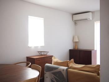湿気がこもりやすいため、インテリアのレイアウトは「風の流れ」を意識してみましょう。家具を置く位置が変わるだけで風を感じられるお部屋に。 こちらのお家では、大きな掃き出し窓に向かい合うようにソファを置いていたところ、蒸し暑さが気になるように。