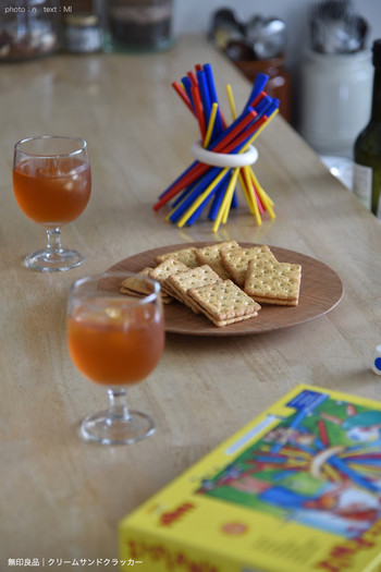 テーブルに物を置かず広く使うことでできる遊びは「テーブルゲーム」。いろいろな種類があって、大人も一緒に楽しめる万能アイテムです。 家の中だからこそ楽しめる遊びを取り入れて、雨の日も快適に過ごしましょう。