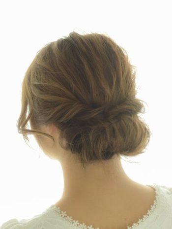 広がりがちな髪を逆手にとって、ふんわりとしたまとめ髪にアレンジするのも◎サイドを残して、ポニーテール&くるりんぱで毛先をくるっと丸めてギブソンタック風に。サイドはロープ編みにしてピンで留めたらおよそ10分で完成です。