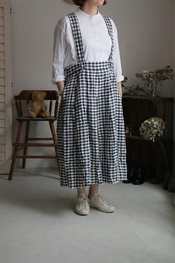サスペンダー付きのスカートもロング丈のおかげで『大人カワイイ』雰囲気に。インナーにシンプルなホワイトブラウスをあわせれば上品な仕上がりになります。
