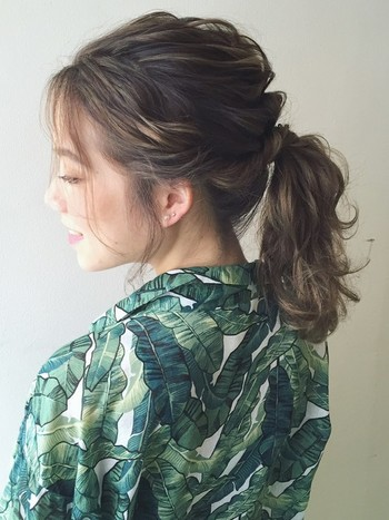 湿気で広がりがちの髪もワックスを馴染ませざっくりとまとめると、ボリューミーなポニーテールに。クセを逆手にとって、こなれ感のある印象に仕上げましょう。