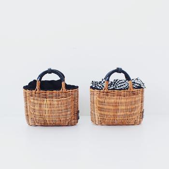 今年はナチュラル素材のかごバッグも人気ですね。『かぶせ』と呼ばれるアイテムは、かごバッグの中身を隠すのに便利なアイテム。籐×黒ギンガムチェックの組み合わせは、まさにレディライクなコーデにぴったり!