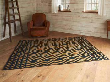 落ち着いた雰囲気のレトロチックなラグもまた、ヴィンテージな床を演出してくれます。  ブラウンカラーはどんなヴィンテージテイストとも相性が良いカラー。
