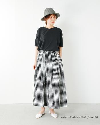 ウェストがゴム仕様で楽チンなこちらのスカートも、素材がリネンなのでより落ち着いた印象に。タックがたっぷり入っているので女性らしさ漂うふんわりスタイルが楽しめます。ポケットも両サイドに付いているので、ちょっとそこまでの外出であれば手ぶらで身軽におでかけできちゃいます。