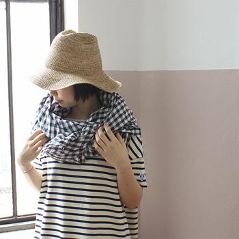 わざわざ流行柄のお洋服を買うのはちょっと...という時は、小物で挑戦してみるのもいいかも。ストールは真夏でも冷房対策はもちろん、ちょっと肌寒い時にも羽織として活躍してくれます!小物で流行柄をさりげなく取リ入れておしゃれ度をアップさせましょう。