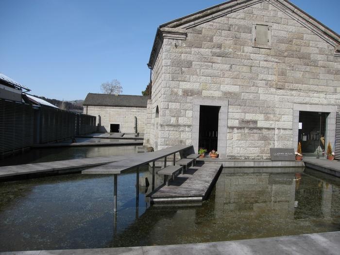 石の美術館は芦野石の蔵を再生させた美術館で、設計は今をときめく隈研吾氏によるものです。建物としての美しさと、石の美しさの両方を感じられそう。