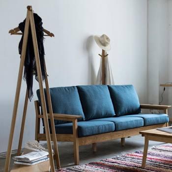 お部屋の印象を大きく変えたいなら、面積の大きなインテリアがベスト。存在感のあるソファがおすすめです。 ブランケットやクッションにどんな色柄を持ってきても良いように単色で選ぶのがポイントです。 ▷マージ 3人掛けソファ(ネイビー)