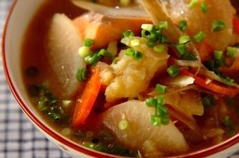 鮭のおいしいだしを吸い込んだ根菜が頂ける晩秋の北海道の定番料理「石狩汁」は、冬じゃなくても頂きたい。味噌を溶いたらバターを加えて。