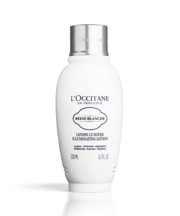 紫外線を浴びることでメラニン色素が生成され、シミやそばかすなどを生み出す原因になりますが、美白化粧水はメラニンの生成を抑え、しみ、そばかすを未然に防ぐ成分が配合されています。