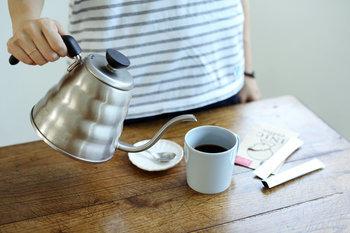 ①90℃の熱湯を沸かし、マグカップに1/2程度お湯をそそいでいきます。湯気も高温なので、やけどに気をつけて!