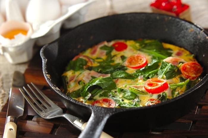 スキレット初心者さんは、まず定番のタマゴ料理にトライするのがおすすめ。スキレットを使えばじっくりと火が通るので、ふんわりしたオムレツが完成します。ホウレン草やトマトなどの身近な食材を混ぜて、蒸し焼きするだけの簡単レシピ。 朝食やブランチ、おつまみまで幅広く利用できます。