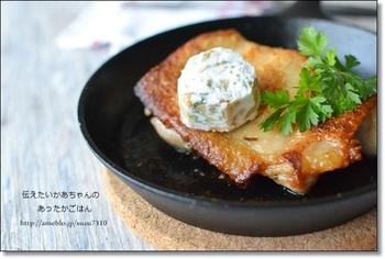 スキレットで焼き上げることで、皮はカリッと、身はジューシーな鶏もも肉の味わいを楽しめます。 刻んだクルミやパセリ、カルピスソフトやレモン汁でつくったバターを添えれば、定番のチキンステーキもさわやかな味わいに。リーズナブルな食材でつくっているのに、レストランみたいにおしゃれなステーキに。
