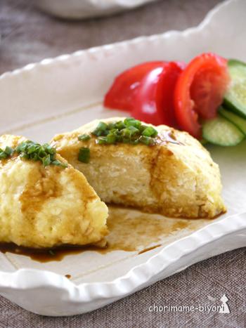 カラスガレイの切り身と木綿豆腐でつくる、ハンバーグレシピ。油を使わずにレンジで蒸し上げるので、ヘルシーで失敗しにくいのが魅力です。からし醤油でいただけば、味わいもアップ♪カラスガレイでなく、他の白魚を使ってもOKです。
