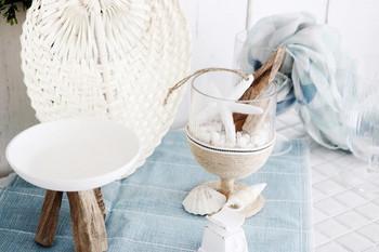 グラスに貝殻や流木、ヒトデなどを敷き詰めて作る、マリンテイストのオブジェ。こんな涼やかなオブジェを飾るだけで、お部屋が一気に夏らしい雰囲気に。