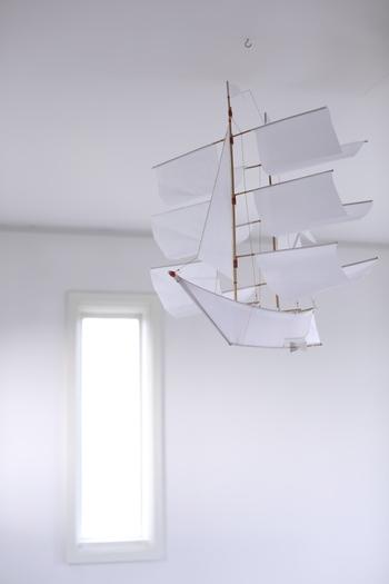 夏の風を感じることができる、軽やかな帆船をモチーフにしたモビール。無機質な廊下にそっと吊るすと、風を受けてはためきます。