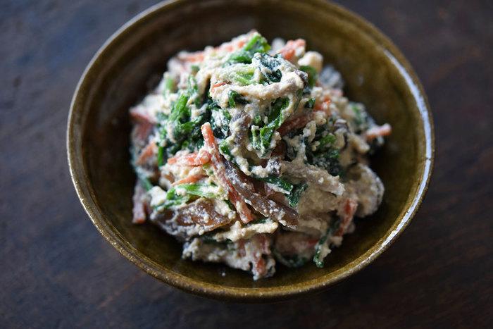 白和えレシピをマスターすれば、夕食にもう一品ほしいときに重宝します。ホウレン草だけでなく、にんじんやコンニャクを加えた本格的な白和えレシピ。火を通した具材に、木綿豆腐でつくった和え衣を和えます。豆腐を裏ごししたり、具材の水分をきちんとふきとったり、丁寧につくることで本格的な白和えの完成◎