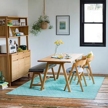 さらりとしたPVC(ポリ塩化ビニル)素材のラグは、敷けばお部屋の雰囲気ががらりとチェンジ。夏らしく元気いっぱい!そのままレジャーシートとして屋外で使うこともできるスグレモノです。