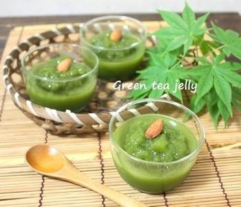お砂糖も生クリームも使わない、ヘルシーでさっぱりな緑茶ゼリー。見た目も爽やかで、暑さを忘れさせてくれそう。ゼリーの上に、クラッシュしたゼリーをトッピングして、盛り付けに立体感を出しています。