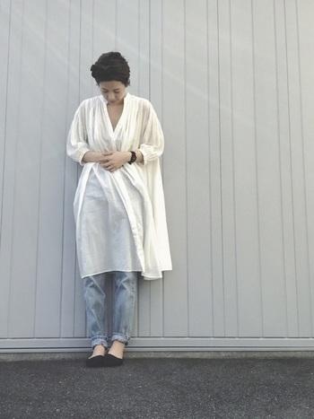 透け感が気になる白のワンピースには、ブルーデニムをレギンス感覚で取り入れちゃいましょう♪ワンピース1枚で着るよりもナチュラルな着こなしに仕上がりますよ。