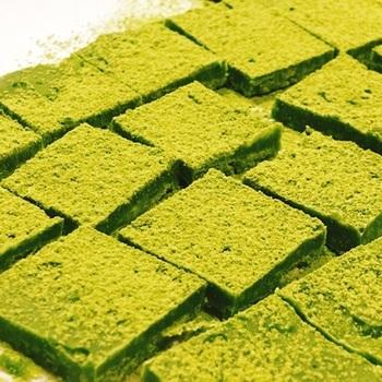ホワイトチョコレートをベースに、緑茶の粉末などを混ぜるだけ。仕上げに振る緑茶が、またリッチ。手土産などにも喜ばれそうですね。