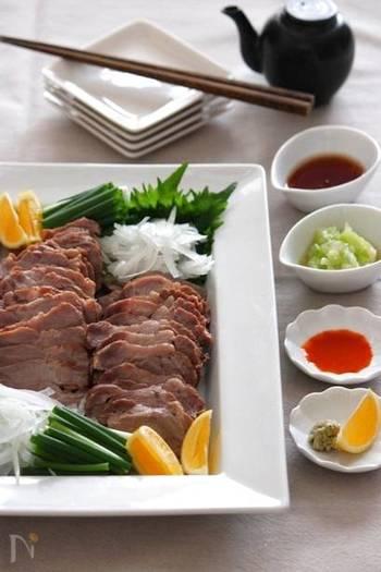 塩豚をほうじ茶で煮たボリュームたっぷりのディナーメニュー。ほうじ茶を使うことで、脂っぽさもなく、さっぱりとした味わいに。しかもしっとりと柔らかで、箸が進みます。おつまみにもぴったり!
