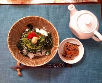 壬生菜と梅のシャキシャキ、カリカリと食感が楽しいお茶漬け。玄米茶の香ばしい味わいが、壬生菜・梅の酸味、海苔やわさびの風味とあいまって、ちょっとくせになるコラボレーションです。