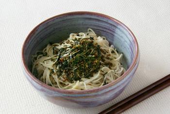 素麺に、玄米茶を焦がさないように炒めたものをつゆとともにトッピング。香ばしい玄米茶がアクセントになって、いつもの素麺が楽しいアレンジメニューに変身。ぜひ、試してみたいですね。