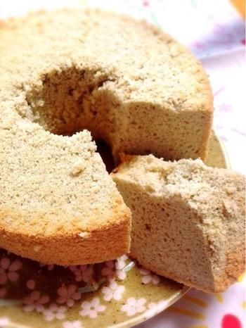 焙烙で炒った自家製玄米茶を使った、甘くないシフォンケーキ。お砂糖なしで作っていますので、甘味が欲しい方ははちみつや生クリームなど添えていただきましょう。
