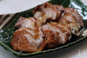 金沢の名物「加賀棒茶」でスモークした鶏もも肉。燻製の前に具材を漬け込むソミュール液に、緑茶をプラスしているのもこだわりです。一番茶の茎のうまみを大切にするために浅く焙じた加賀棒茶の上品な香りが、極上のおいしさを引き出します。