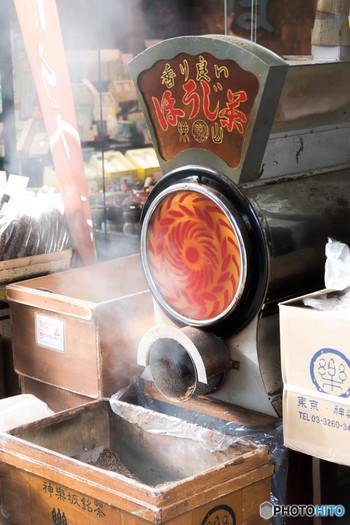 ほうじ茶とは、煎茶や番茶、茎茶などを高温で炒って、香ばしさを出したお茶。ほうじ機では、200度まで加熱されるのだとか。お茶屋さんの店先には、お茶を焙じるとてもいい香りが漂っていますね。