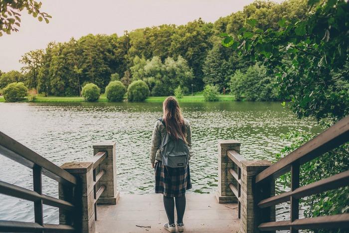 ツアー旅行に物足りなさを感じていたり、お金をかけずにできるだけ沢山の場所へ長く滞在したいという願望があると、最終的にバックパッカーという旅のスタイルを選ぶ人も。独立心と計画性、チャレンジ精神と人並みの体力、それに行動力が伴えば誰でも挑戦できます。とはいえ、最初はハードルが高過ぎて、何から計画していいのかよくわからないと思います。でも、大丈夫!バックパックでのひとり旅の計画は、順を追っていけば何も難しいことはありませんよ!