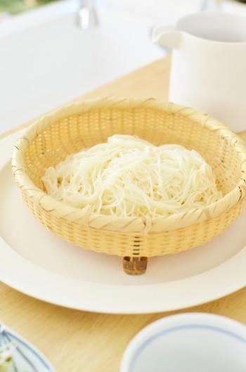 夏に食べることの多い「そうめん」ですが、実は古くから「七夕」に食べる習わしがあったそう。中国では、7月7日に索餅(さくべい)と言う小麦粉でつくったお菓子を食べるとその一年を健康に過ごせるという言い伝えがあり、それが奈良時代に日本に伝わったことが始まり。長く細い見た目が、その後「そうめん」に代わったのだとか。
