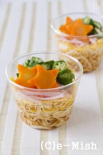 お子様や人数が多いパーティーには、そのまま食べられるカップに入ったアイデアもおすすめ。上でご紹介したレシピ同様、飾りのお星さまは、その時に手に入りやすいカラフルなお野菜で楽しんでくださいね。