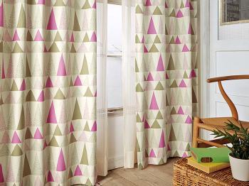こだわりの北欧インテリアでコーディネートされたお部屋には、デザイナーズものやヴィンテージ家具などを引き立てるようなカーテンを。ペールトーンやミルキーカラーなど、明るく淡い色づかいで、自然をモチーフにしたものがおすすめ。淡色なら大きな柄もお部屋になじみます。