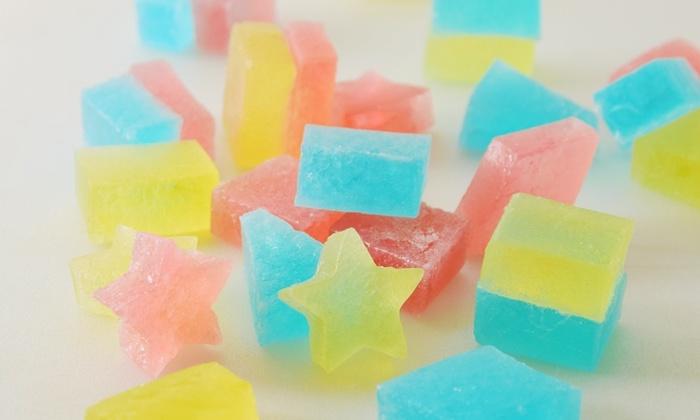 寒天とお砂糖で作る伝統的な日本のお菓子「琥珀糖」を、七夕風に。かき氷のシロップなどを使って、お好きな色で仕上げてみてくださいね。シャリシャリとした食感と甘いくちどけ、なによりかわいい見た目に子どもから大人まで喜んでくれること間違いなし♪