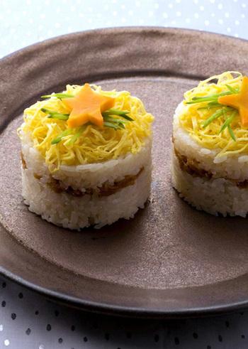 ツナで作ったそぼろを挟んだ押し寿司。お子さまにも人気があるツナを使った、みんなで楽しめる一品です。トッピングの卵も色鮮やかでとってもきれい。テーブルの上を華やかに彩ってくれます。