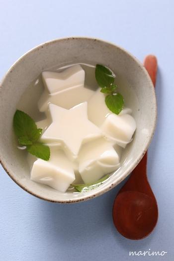 杏仁豆腐を星型にくり抜いて七夕風に。お子さまがいらっしゃるご家庭は、カラフルなフルーツをプラスしても良さそうですね。
