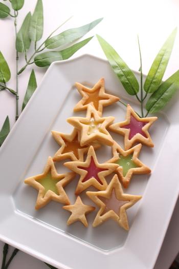 星型にくり抜いた真ん中に、キャンディーをとかしたとってもキュートなクッキー。クッキーの部分に穴をあけて紐を通せば、そのまま笹に飾ることも◎キャンディー部分の透明感がたまらなくかわいい♪お子様と一緒に作っても楽しいレシピです。
