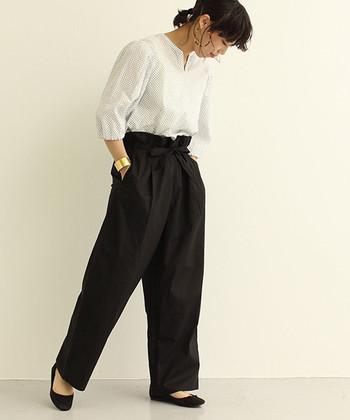 黒のワイドパンツに、白のブラウスを合わせたシンプルな着こなし。足元も黒のパンプスで、ボトムスから繋がる脚長効果も期待できます。上品な印象を与えてくれるブラウスなどの、きちんと感をアピールできるアイテムと相性抜群です◎